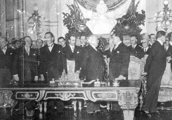 Firma. Los cancilleres Riart de Paraguay y Elío de Bolivia firman los documentos para el cese del fuego en el Chaco.